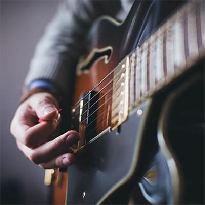 električna gitara evergreen izgleda sa violinskim usecima na rezonatorskoj kutiji