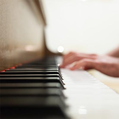 """klavirske dirke slikane iz """"passage"""" pogleda"""