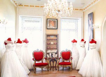 izložbena sala čarolije. Venčanice na crvenim manekenima.